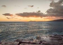 Canoës de tangon hawaïens au coucher du soleil photographie stock libre de droits