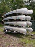 Canoës empilés sur une remorque, Etats-Unis photos stock