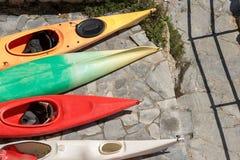 Canoës et kayaks sur le rivage photo stock