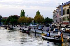 Canoës et maisons dans le ` d'Aveiro Venise de ` du Portugal images stock
