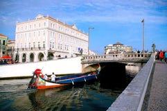 Canoës et maisons dans le ` d'Aveiro Venise de ` du Portugal photo libre de droits