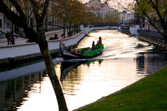 Canoës et maisons dans le ` d'Aveiro Venise de ` du Portugal photos libres de droits