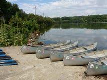 Canoës et palettes sur un lancement de bateau, Etats-Unis photos libres de droits