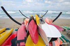 Canoës garés sur une mer orageuse photo stock