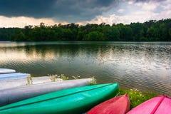 Canoës le long du rivage du réservoir de Prettyboy à Baltimore, Mary image stock