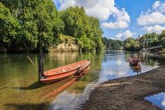 Canoës maoris, ou waka, sur une rivière au Nouvelle-Zélande images stock