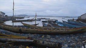 Canoës négligés à un rivage pollué, Conakry banque de vidéos