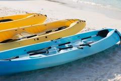 Canoës ou kayaks sur la plage sablonneuse images stock