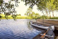 Canoës par la rivière photo libre de droits