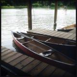 Canoës par le côté d'un lac image stock