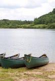 Canoës par le rivage photo stock