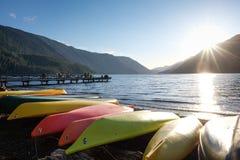 Canoës par un lac images libres de droits