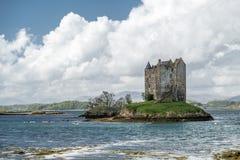 Canoës recueillant au rôdeur historique de château dans Argyll photographie stock libre de droits