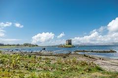 Canoës recueillant au rôdeur historique de château dans Argyll photos libres de droits