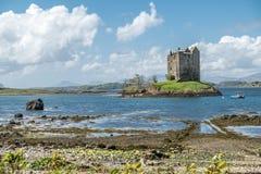 Canoës recueillant au rôdeur historique de château dans Argyll image stock