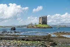 Canoës recueillant au rôdeur historique de château dans Argyll photo libre de droits