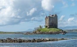 Canoës recueillant au rôdeur historique de château dans Argyll photo stock