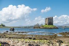 Canoës recueillant au rôdeur historique de château dans Argyll image libre de droits