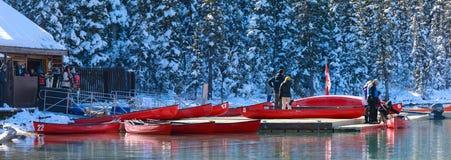 Canoës rouges chez Lake Louise avec la montagne rocheuse en parc national de Banff photos stock