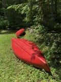 Canoës rouges dans l'attente Photographie stock libre de droits