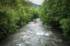 Canoës rouges sur la rivière photos libres de droits