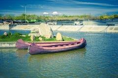 Canoës rouges sur le lac pour des activités d'été photos stock