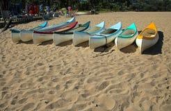 Canoës se trouvant sur le sable chez Ramsgate, Kwazulu Natal photos stock