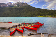 Canoës sur beau Lake Louise Images libres de droits