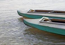 Canoës sur l'eau immobile images libres de droits