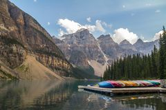 Canoës sur la moraine de lac, Canada image libre de droits