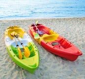 Canoës sur la plage. photographie stock