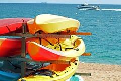 Canoës sur la plage image stock