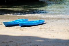 Canoës sur la plage image libre de droits