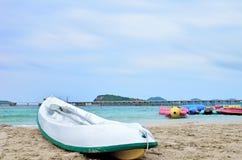 Canoës sur la plage images libres de droits