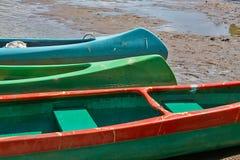 Canoës sur la rive images stock
