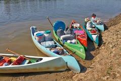Canoës sur la rive photo stock