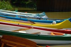 Canoës sur la rive image stock