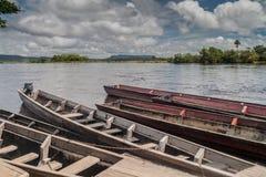 Canoës sur la rivière Carrao, Venezuela Ils sont employés pour les visites à Angel Fall, la plus haute cascade dans le worl photo stock