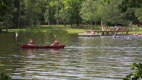 Canoës sur le lac banque de vidéos