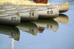 Canoës sur le lac image libre de droits