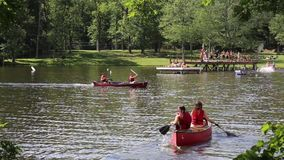 Canoës sur le lac mountain banque de vidéos