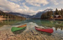 Canoës sur le lac vert photo libre de droits