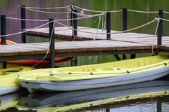Canoës sur le rivage images stock