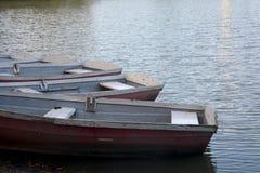 Canoës sur le rivage d'un lac au crépuscule photo libre de droits