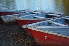 Canoës sur le rivage d'un lac au crépuscule image libre de droits
