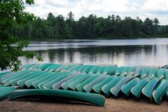 Canoës sur le rivage de lac photographie stock libre de droits