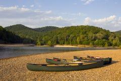 Canoës sur le riverbank images libres de droits
