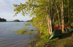 Canoës sur Shoreline photographie stock