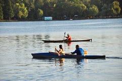 Canoës sur un lac image libre de droits