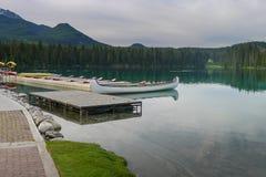 Canoës sur un lac en jaspe photographie stock